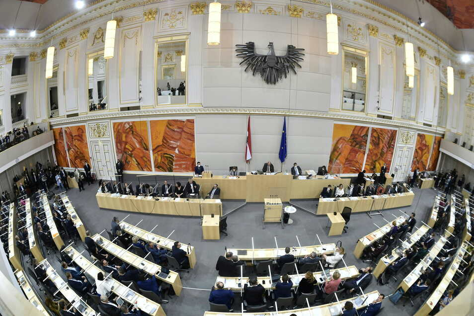 Der Nationalrat in Österreich kommt zu einer Sondersitzung zu den Korruptionsermittlungen gegen ÖVP-Chef Kurz zusammen.
