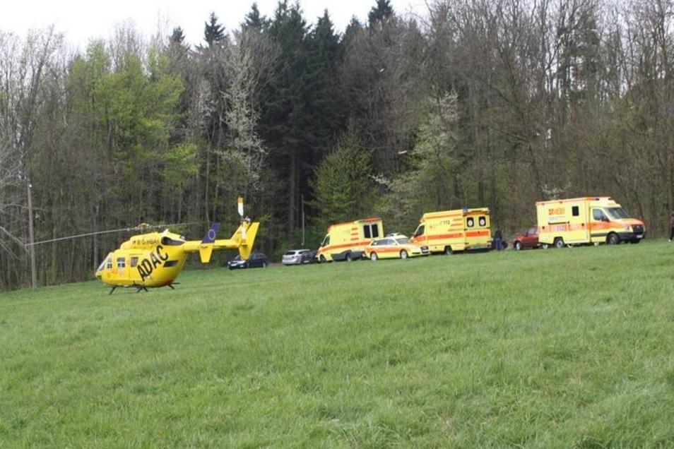 """Im Einsatz waren drei Rettungswagen, ein Notarztwagen sowie der Rettungshubschrauber """"Christoph 62""""."""