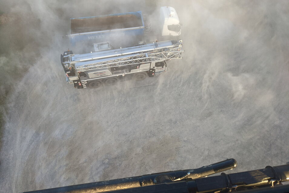 Staubige Landung: Auf dieser Schotterfläche in Lauta entfacht der Hubschrauber einen kleinen Wirbelsturm.