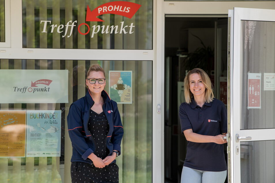 Michaela Platz (l.) und Darja Groß hatten den Treffpunkt der Malteser in Prohlis seit vier Monaten geöffnet, als die Pandemie kam. Seither improvisieren sie.