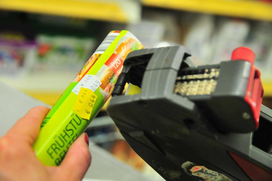 Im Gegensatz zu großen Supermärkten, die über Scanner-Maschinen verfügen, läuft in kleineren Läden wie dem Zabeltitzer noch alles per Hand. Der Aufwand dabei ist groß.