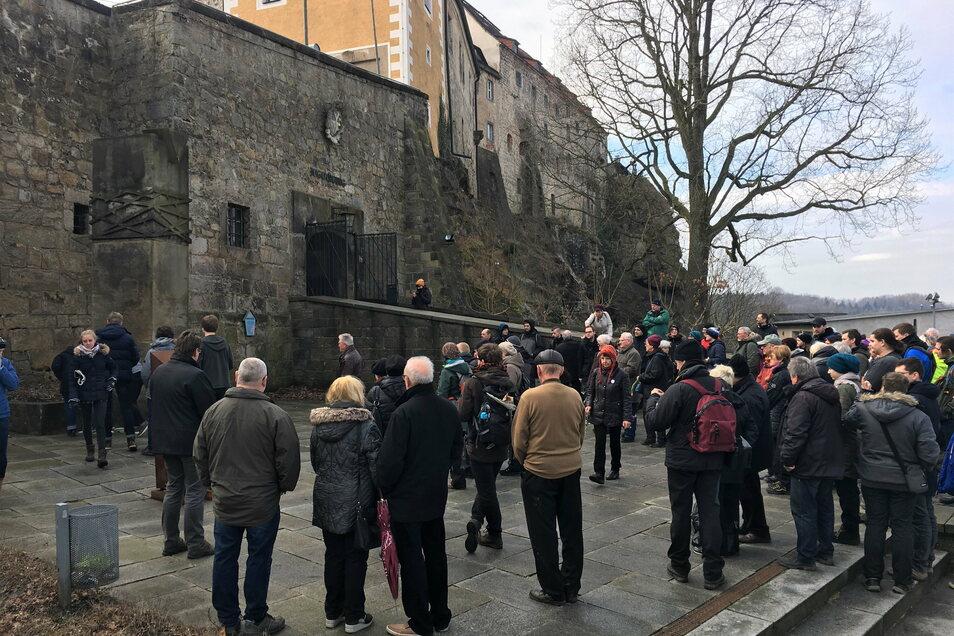 Eines der preiswürdigen Akubiz-Angebote: geführte Wanderungen an Gedenkorte, wie hier 2018 zur Burg Hohnstein, wo sich einst ein KZ befand.