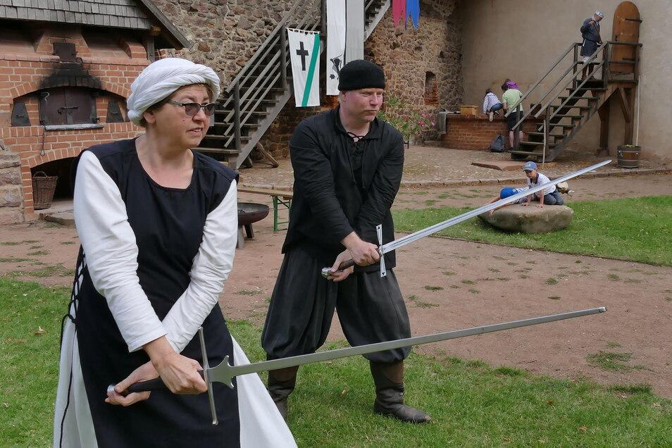 Auch Kampftraining stand auf dem Programm. Kämpfer Matthias zeigt den Umgang mit dem Schwert. Das ruft nicht nur die Burgbewohner auf den Plan, sondern auch so manchen jungen Besucher.