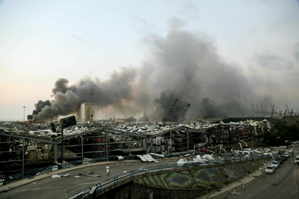 Rauch steigt nach einer Explosion am 4. August über einem Gebäude am Hafen vorn Beirut auf.