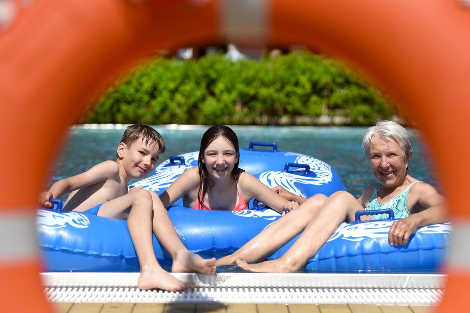 Vor zwei Jahren badeten Karin Kippenberg (rechts) und ihre beiden Enkel Timm und Annika bereits Ende Mai im Löbauer Herrmannbad. Dieses Jahr ist das Bad noch zu.