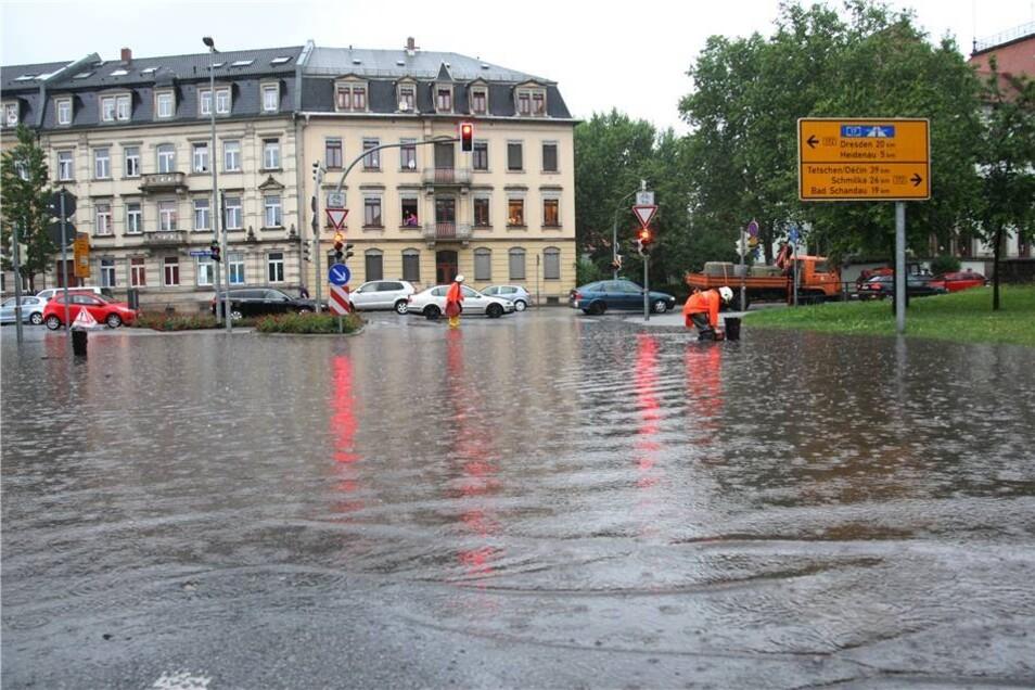 Die Kreuzung war für eine halbe Stunde unpassierbar. Das Wasser stand kniehoch und staute sich an, bis die Feuerwehr Abhilfe schaffte.