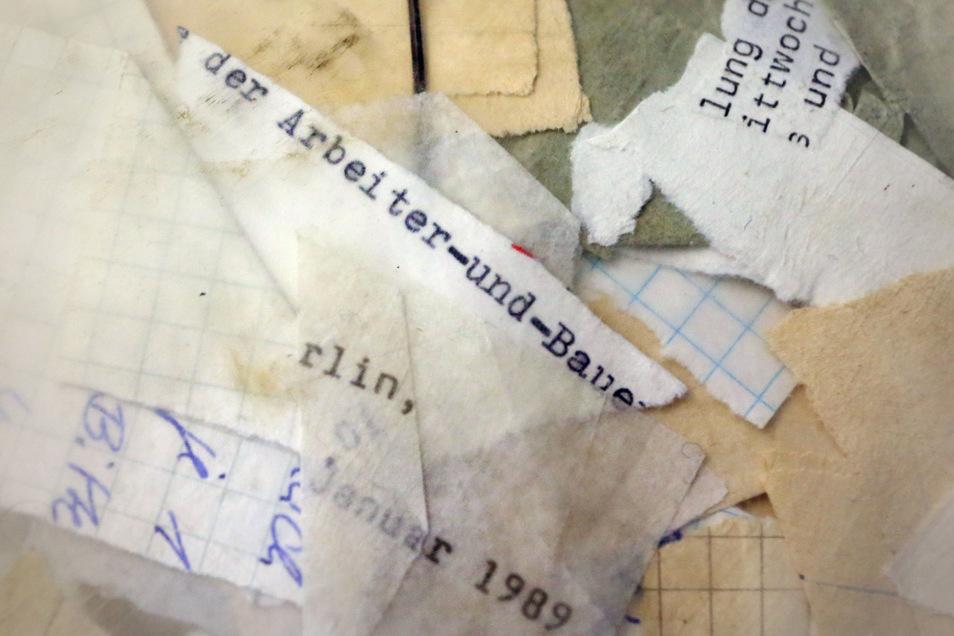 Zerrissene Stasi-Akten sind im Stasi-Archiv in einem Sack mit noch nicht erfasstem Material zu sehen.