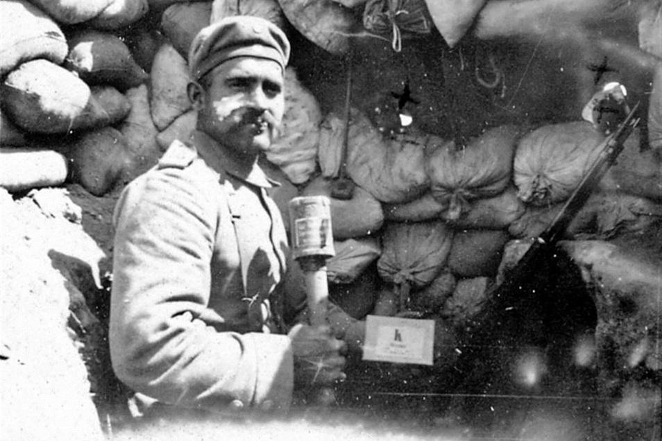 Max Messerschmidt in einem Schützengraben 1915 auf dem Balkan. Der gelernte Maurer hat den Ersten Weltkrieg unverletzt überlebt. Später hat er neben seinem Bauarbeiter-Job in Zeißholz auch als Nachtwächter in seinem Heimatort Gottschdorf ge- wirkt.Foto. p