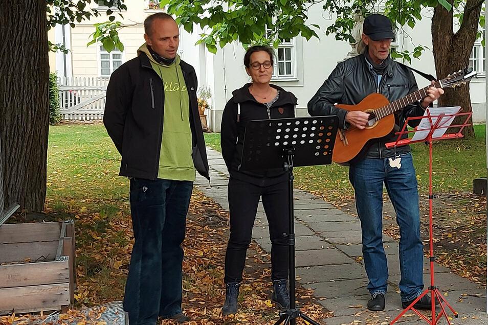 Der Schulleiter der Förderschule Johann Amos Comenius, Holger Böwing (rechts), singt mit Kollegen sein selbst verfasstes Lied über Comenius.