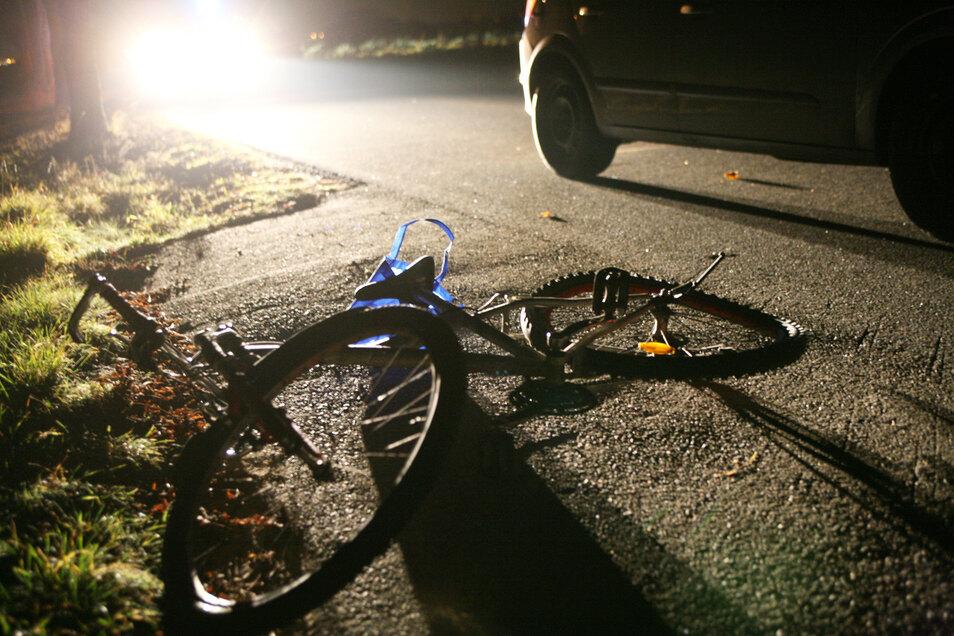Wieder einmal hat es in Großenhain einen Unfall gegeben, an dem ein Radfahrer beteiligt war. Der Unterschied zu vielen anderen Fällen: Er hat dabei mitten in der Nacht ein Auto stark beschädigt und flüchtete anschließend.