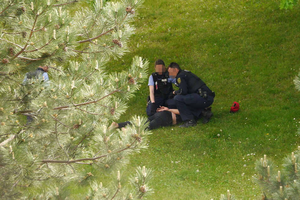 Polizisten nahmen den Mann fest.