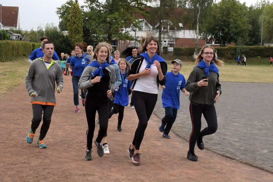 Nach einem verregneten Start zum Spendenlauf in Leisnig konnten die Teilnehmer, darunter viele junge Leute, weitgehend trocken ihre Runden absolvieren.