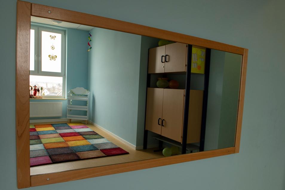In frischer neuer Farbe ist auch dieser Hortbereich gestaltet: Eine Sitzecke mit Spiegel zum Tanzen oder Quatschen.