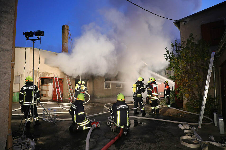 In einer ehemaligen Tischerlei in Radeburg brach am Freitag gegen 16.15 Uhr ein Feuer aus. Über 100 Einsatzkräfte waren vor Ort.