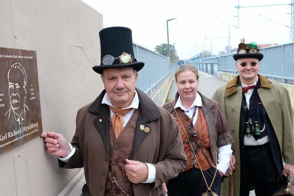 Steampunker Jens und Jeannette Mahlow (v. l.) zeigen stolz die Gedenktafel des Vereins Mit Zahnrad & Zylinder.