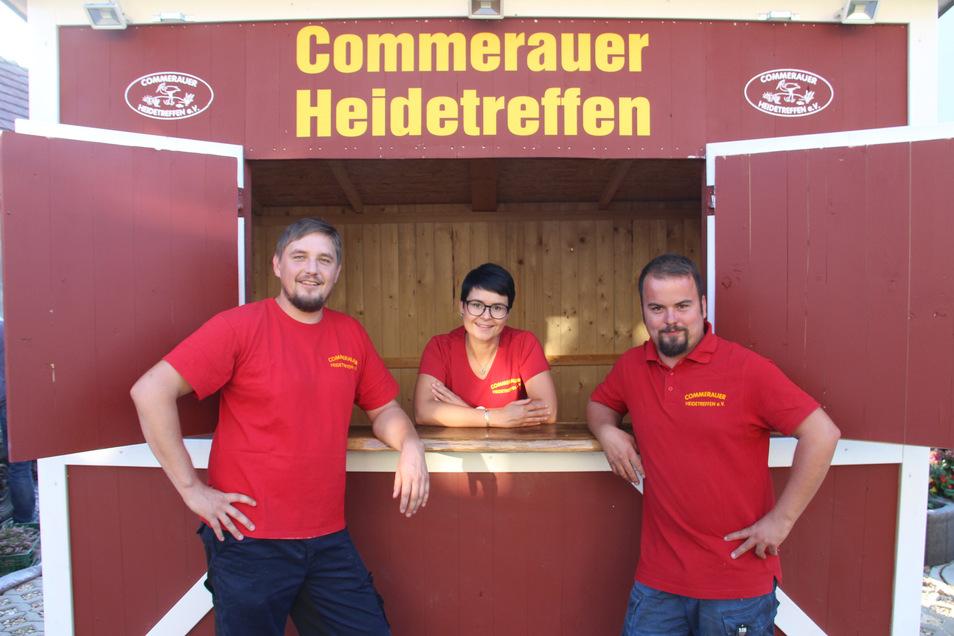 Raik Schuster, Laura Laschinsky und Karsten Zschocke (v.l.) freuen sich auf das Commerauer Heidetreffen. Das neue Kassenhäuschen wird gute Dienste leisten.