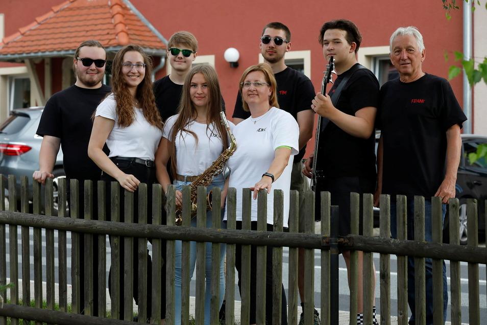 Die Jonsdorfer Flintstones vor ihrem Auftritt im Gütchen Mittelherwigsdorf. Immer mit dabei sind Heike und Frank Schubert.