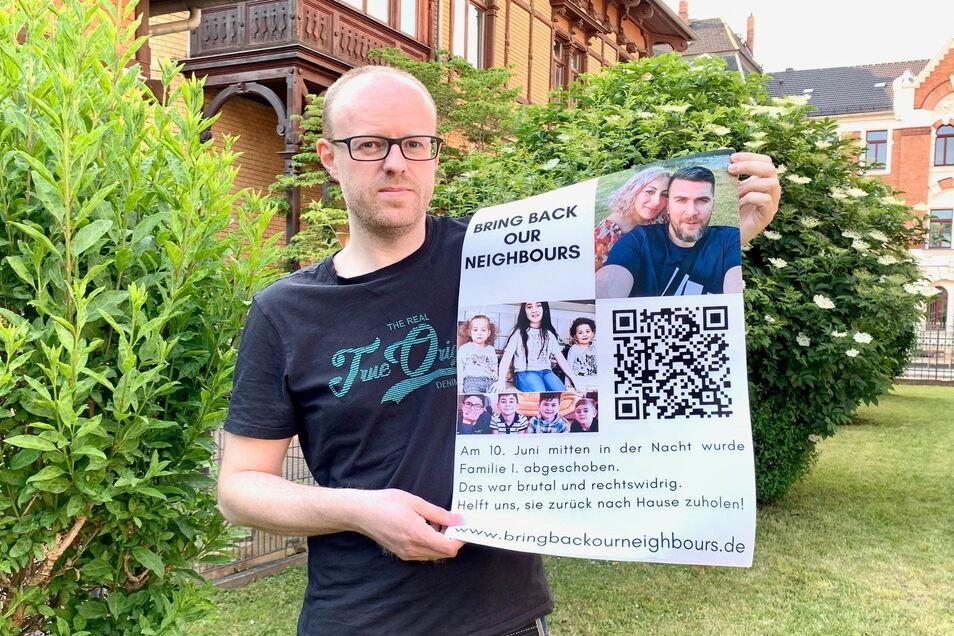 """Matthias Knebel mit einem Plakat der Initiative """"Bring back our neighbours"""": Anwärter für den Pirnaer Ehrenamtspreis 2022."""
