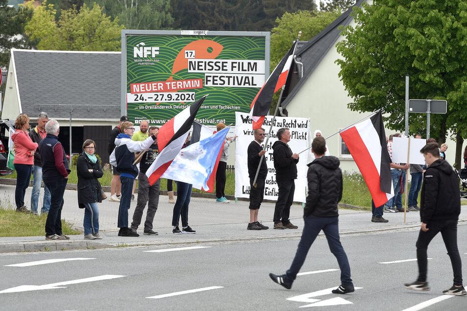 Ob mit oder ohne Emblem in der Mitte - schwarz-weiß-rote Fahnen sind bei den Protesten entlang der B96 häufiger zu sehen.