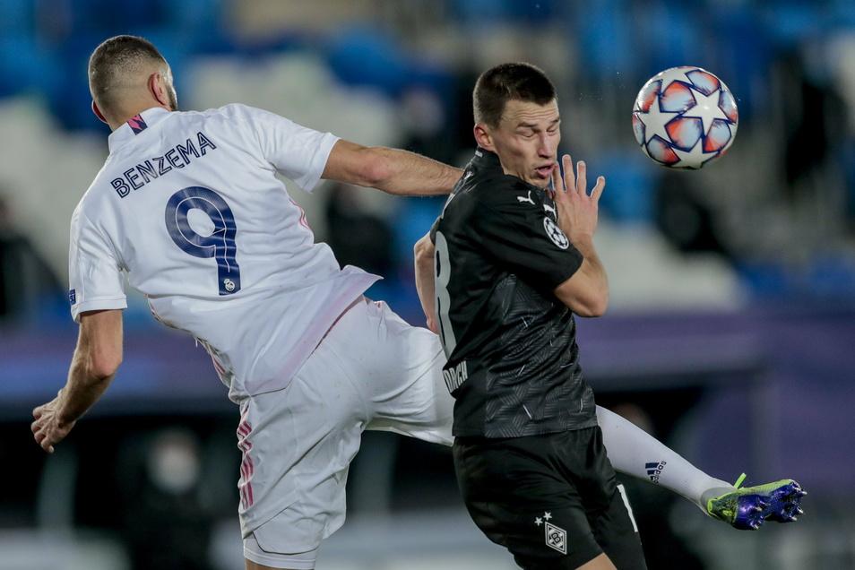 Real Madrids Karim Benzema (l) duelliert sich hier mit Mönchengladbachs Stefan Lainer und traf zweimal per Kopf gegen den Bundesliga-Vertreter.