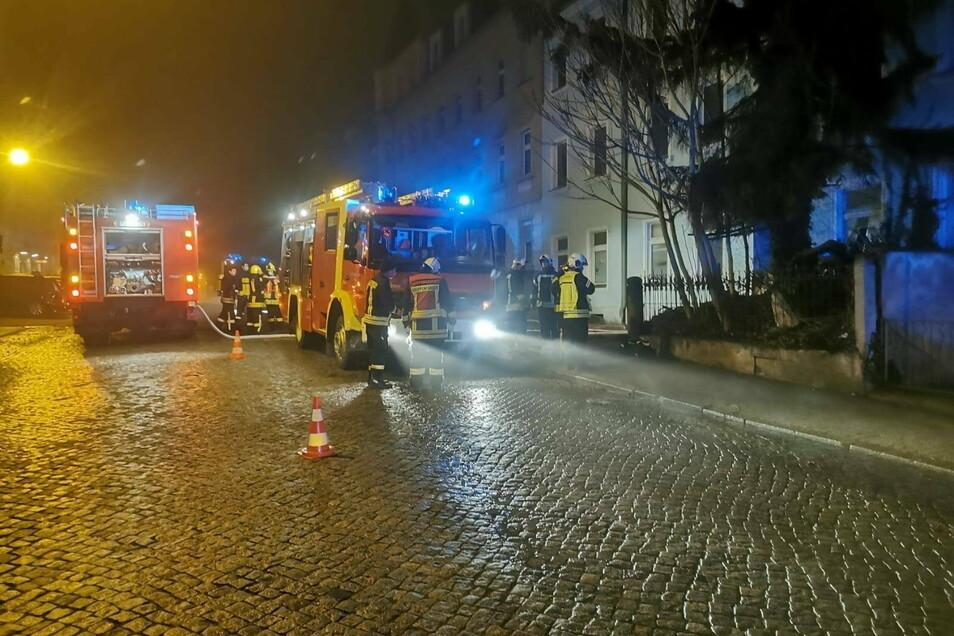 Mehrere Stunden lang war die Feuerwehr in der Nacht zu Sonntag mit den Löscharbeiten beschäftigt.