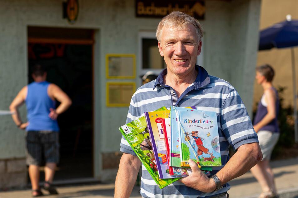 Fünf Bücher von zwei Taschen voll: Bernd Irnsberger hat sie aus Pirna nach Nentmannsdorf gebracht.