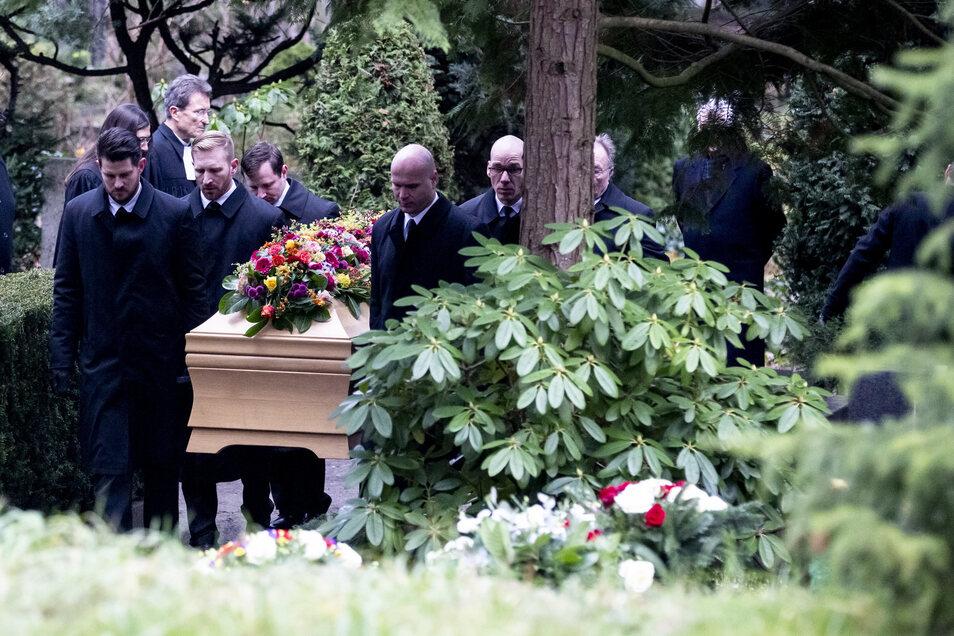 Der Sarg von Fritz von Weizsäcker wird auf dem Waldfriedhof in Berlin-Dahlem für die Beisetzung zum Grab getragen.