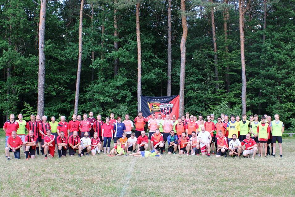 Das letzte sportliche Foto vom Waldsportplatz in Lampertswalde: Im Juni nahmen Sportler und Fans Abschied von der legendären Sportstätte.