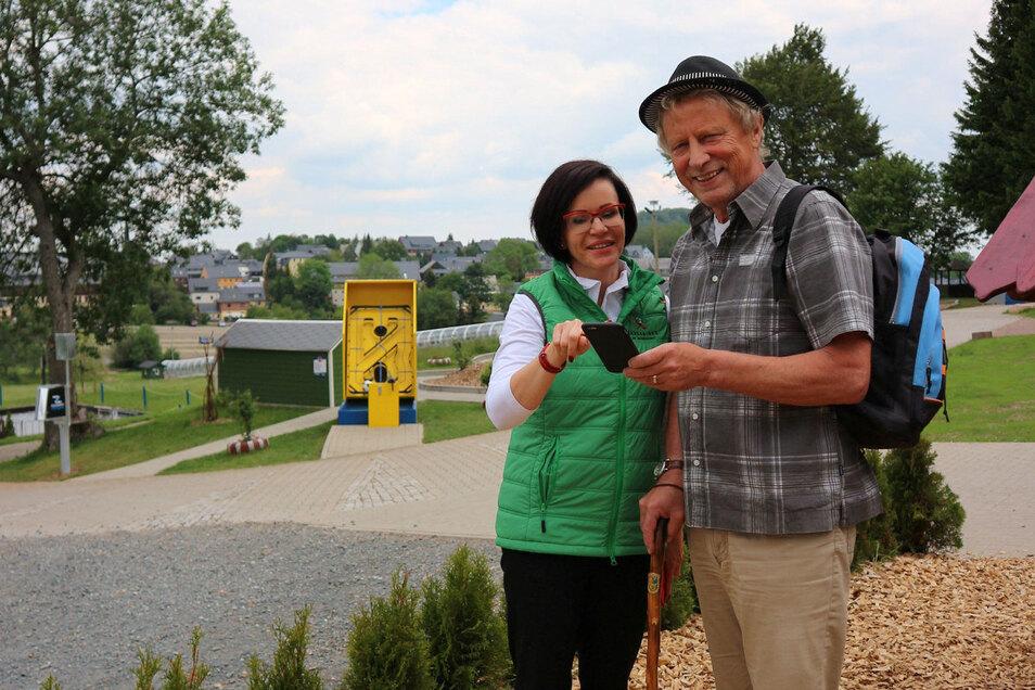 Altenbergs Bürgermeister Thomas Kirsten (Freie Wähler) freut sich mit Jana Kozlerova, Mitarbeiterin in der Altenberger Tourist-Information, über den neuen Internetauftritt der Urlaubsregion Altenberg.