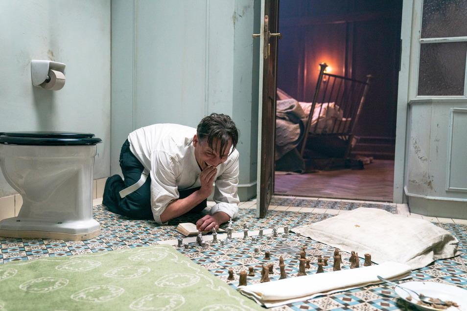 """Oliver Masucci als Josef Bartok in einer Szene des Films """"Schachnovelle""""."""
