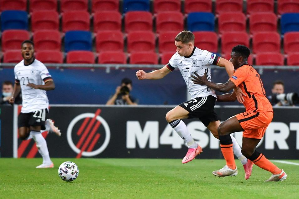 Florian Wirtz (l) setzt sich gegen den Niederländer Abderrahman Harroui durch. Der Leverkusener war mit seinen beiden Treffern Mann des Abends und ist nun neuer Rekordschütze der U21-EM-Geschichte.