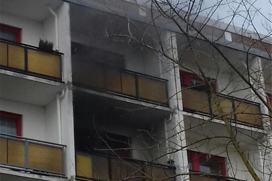 Rauchwolken steigen aus der Wohnung in der vierten Etage.