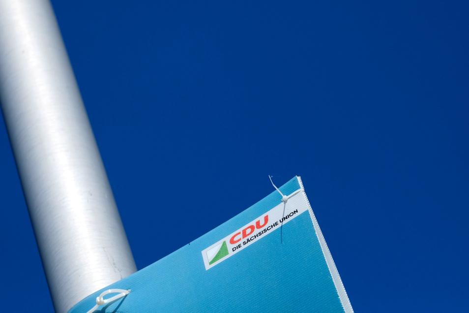 Vor der Landtagswahl am 1. September: Auf dem Plakat vorn das Blau der CDU, das jetzt zunehmend einem Grün weicht. Im Hintergrund dominiert ein Blau des Himmels, das an die AfD erinnert.