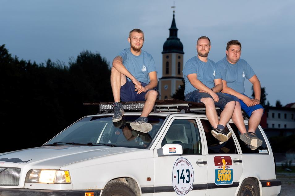 Michel Scherwing, Erik Hampel und Hannes Sturm (v.l.) nehmen im September gemeinsam an einer Rallye quer durch West-Europa teil. 5.000 Kilometer werden sie innerhalb von 13 Tagen fahren.