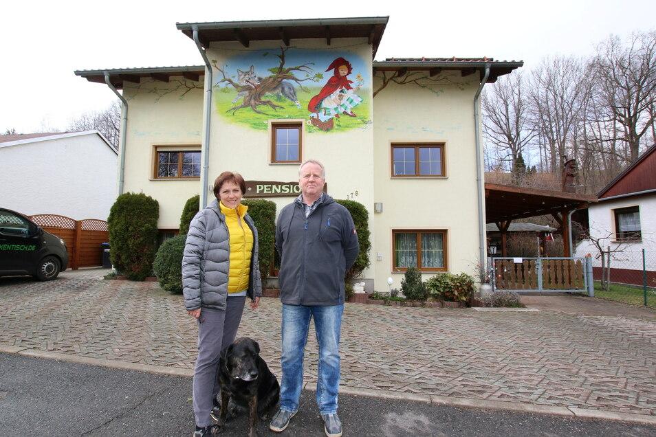 Steffi und Steffen Henkel mit Hund Laika vor der Pension Hexentisch in Marbach.