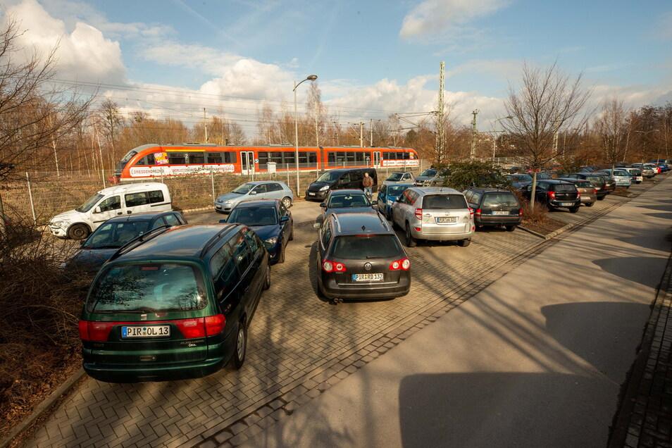 P+R-Parkplatz am Pirnaer Bahnhof: Hier blieb das Auto mit halb geöffneten Fenstern zurück.
