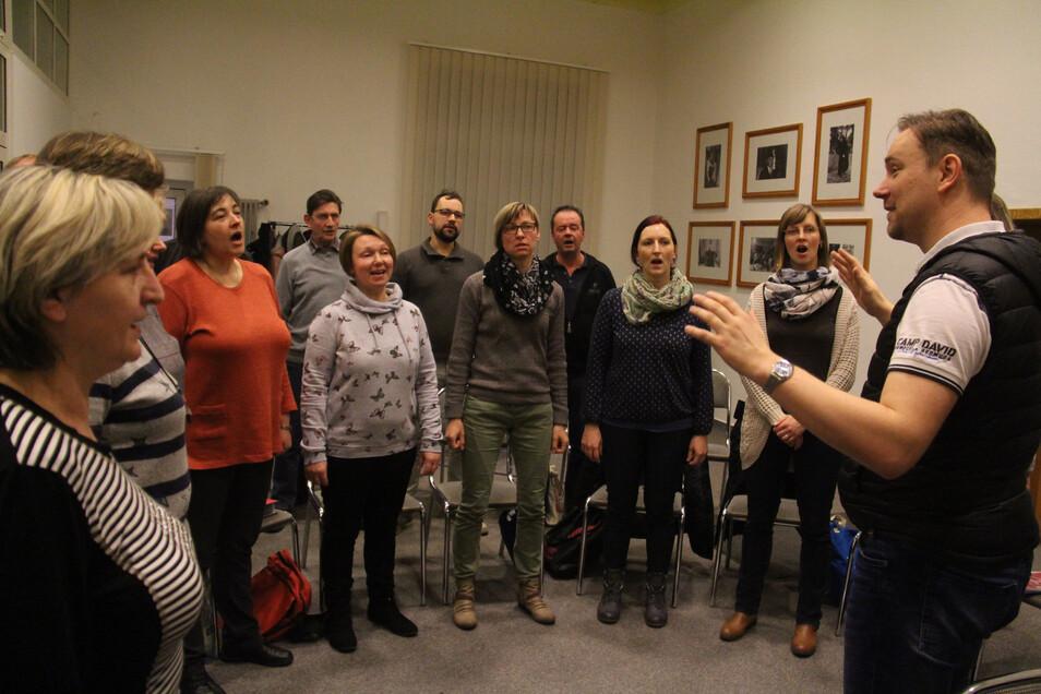 Peter Ziesch leitet den Chor Meja nun schon seit zwölf Jahren. Die Proben finden in den Räumen der ehemaligen Sparkasse Radibor statt.