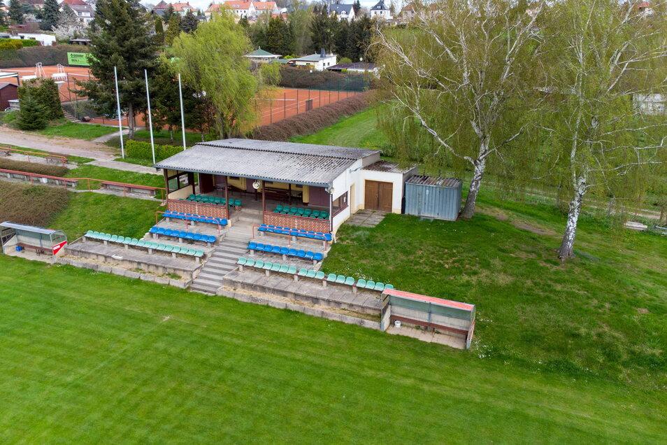 Die marode Zuschauertribüne in der Leisniger Otto-Schuricht-Sportstätte soll abgerissen und ersetzt werden.