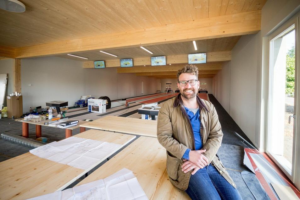 Da saß Architekt Fabian Onneken noch auf der Baustelle kurz vor der Eröffnung der Wülknitzer Kegelbahn am 3. Oktober 2018. Schon damals machte er einen sehr zufriedenen Eindruck.