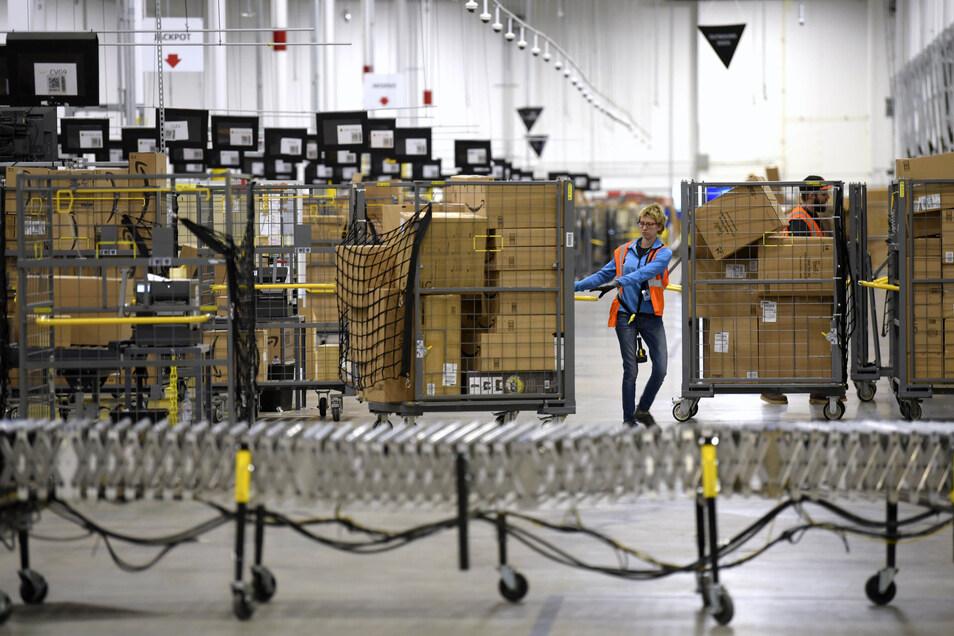 Es gibt erste Anzeichen: Amazon, lange kritisiert für die Behandlung der Arbeiter, kommt seinen Mitarbeitern entgegen.