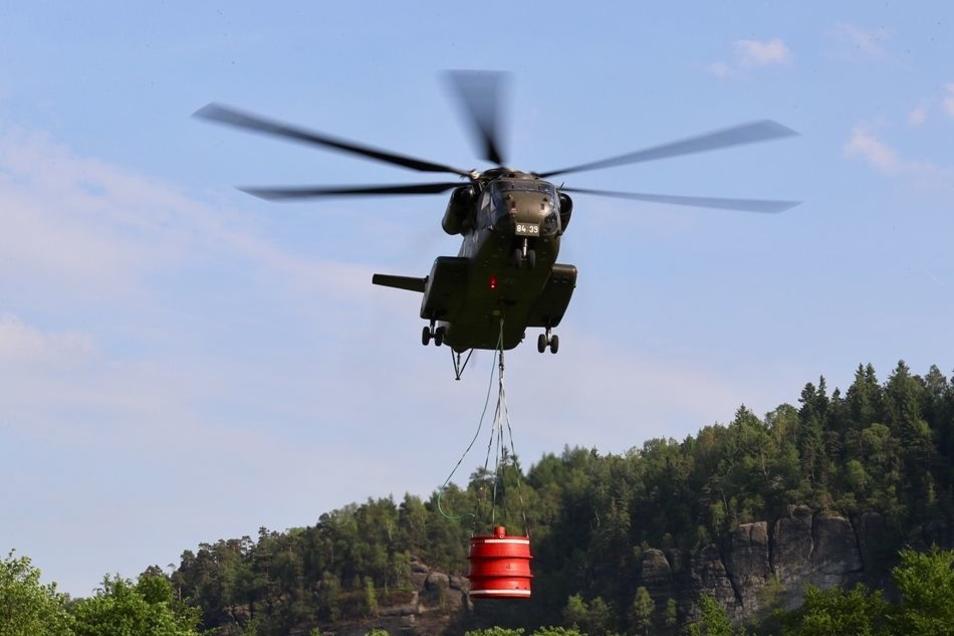 Per Hubschrauber musste der Brand im Zaum gehalten werden.
