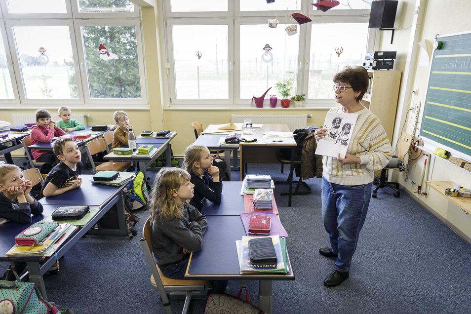 Englischunterricht mit Frau Wenke in der Grundschule Schöpstal