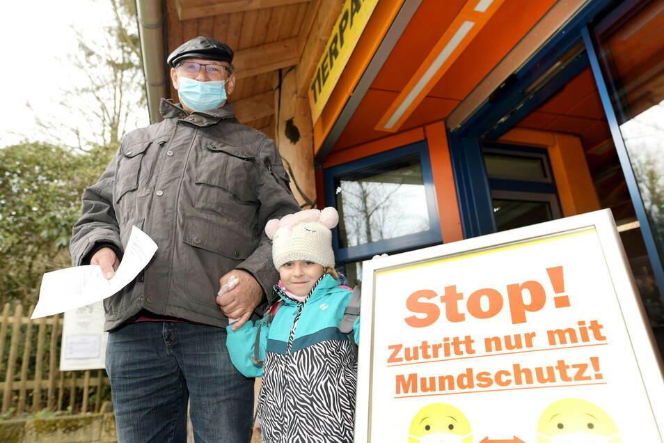 Mit einem frischen Test besucht Joachim Häntsch mit seiner Enkelin Mia den Zittauer Tierpark.