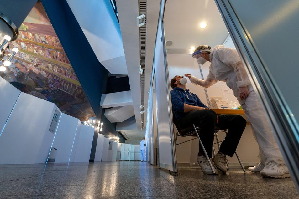 Im Foyer des Leipziger Gewandhauses wurden Testkabinen aufgebaut. Hier können sich Bürger auf Corona testen lassen – sowohl per Antigen-, als auch per PCR-Test.
