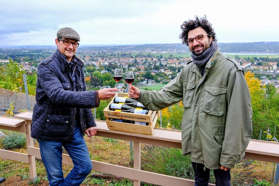 Winzer Enrico Friedland (l.) und Björn Reinemer stoßen in der Weinwirtschaft am Neufriedstein auf einen schönen Konzertsonntag an.