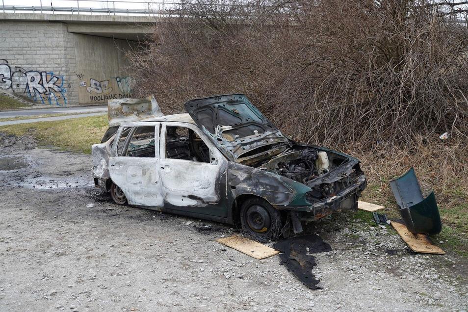 Der nahe der Autobahnbrücke ausgebrannter VW Polo.