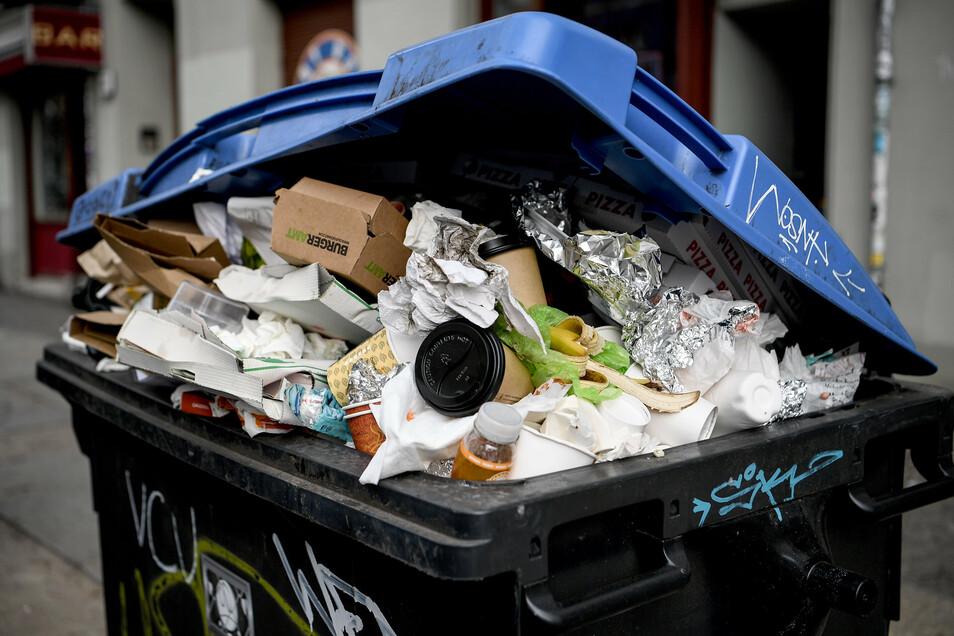 """Alle Jahre wieder ein Problem: Übervolle Mülltonnen und -Container """"zwischen den Jahren""""."""