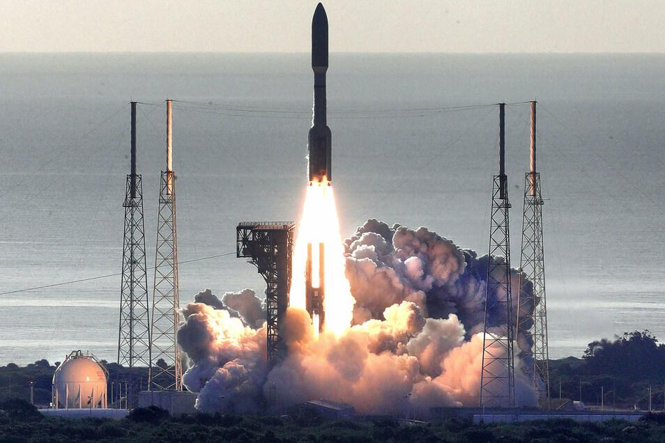 """Am 30. Juli startete die Atlas V in Cape Canaveral. An Bord der Rakete befindet sich der Mars Rover """"Perseverance"""". Der etwa eine Tonne schwere und drei Meter lange Roboter soll im Februar 2021 auf dem Roten Planeten landen."""