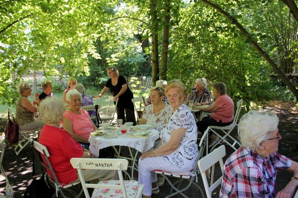 """Die Caritas-Senioren genossen den Nachmittag im Schatten der Bäume im Garten des Cafés """"Martha""""."""