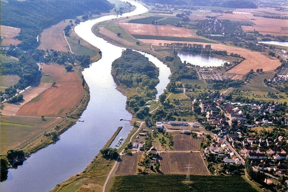 Die Luftaufnahme zeigt den Lauf der Elbe am Coswiger Ortsteil Kötitz und der Insel Gauernitz vorbei. Oberhalb des Badesees Kötitz liegt landeinwärts der Ortsteil Brockwitz, der immer wieder stark von Hochwasser betroffen ist.